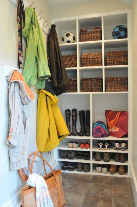 Хранение вещей на полках и в корзинках в коридоре