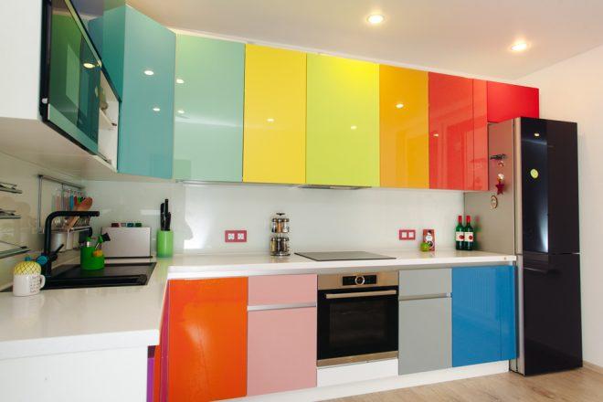 Разноцветный глянец на фасаде кухни