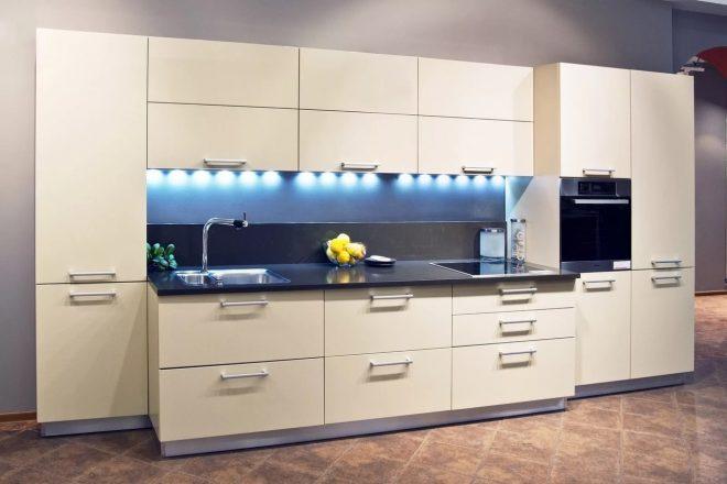 Кухня с матовым кремовым фасадом