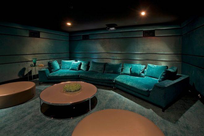 Уютный кинотеатр в подвале