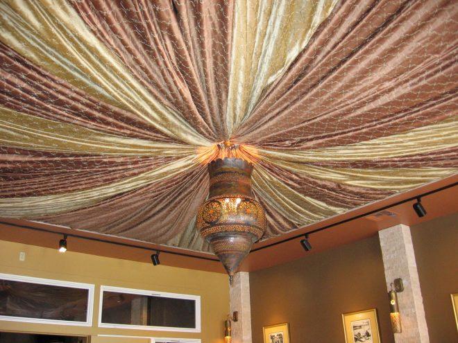 Необычное оформление потолка тканью