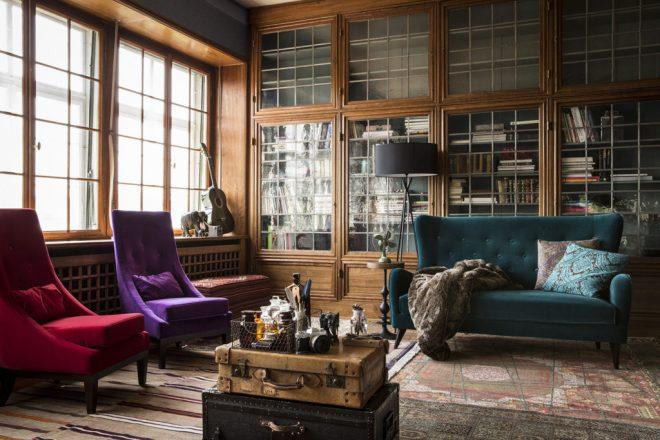 Яркая современная мебель на фоне классической обстановки