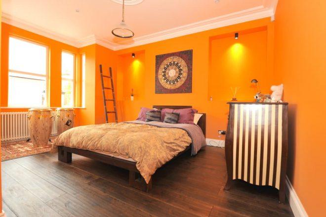 Светло-оранжевый зарядит бодростью и позитивом