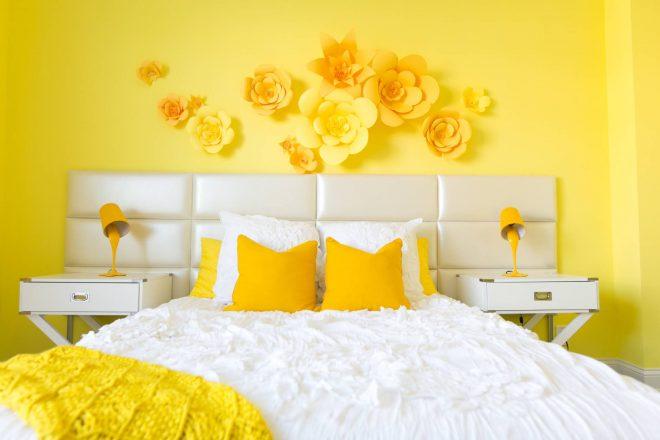 Солнечная спальня в жёлто-белых тонах