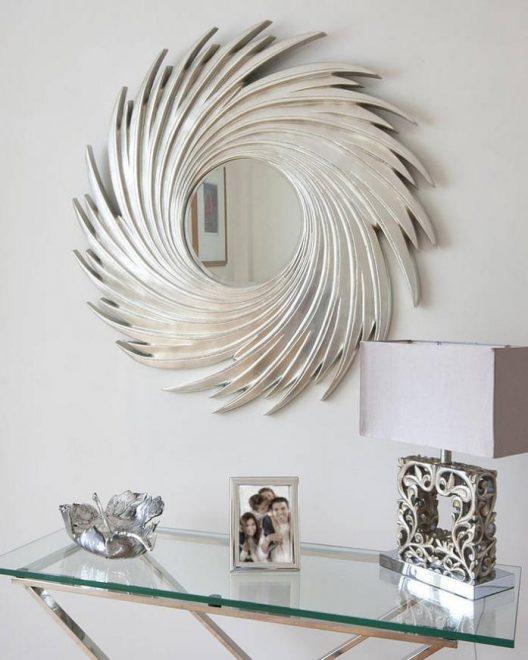 Зеркало с рамой в абстрактном стиле