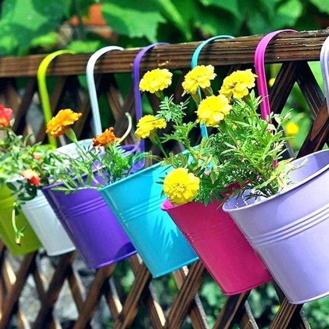 Украшение изгороди цветами в горшках