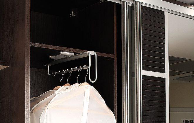 Шкаф для верхней одежды с выдвижной штангой