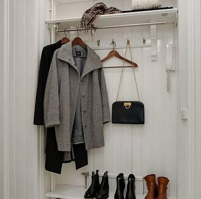 Открытые вешалки для верхней одежды в прихожей