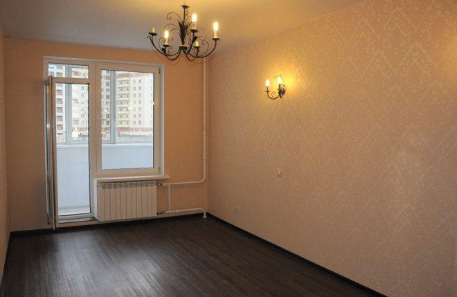 Недорогая отделка комнаты краской и обоями