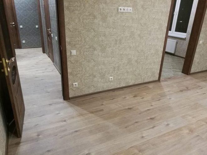 Ламинат на полу в комнате