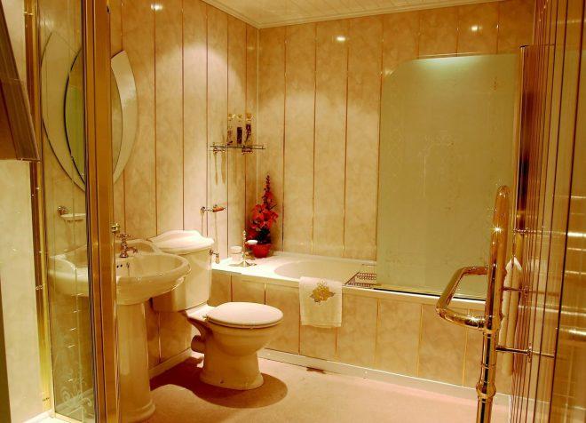 ПВХ-панели на стенах в ванной комнате