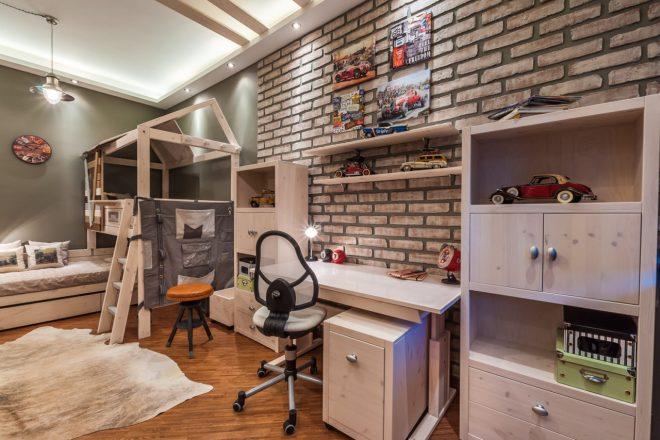 Кирпичная стена в детской комнате мальчика