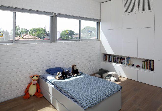 Белая кирпичная стена и белая мебель