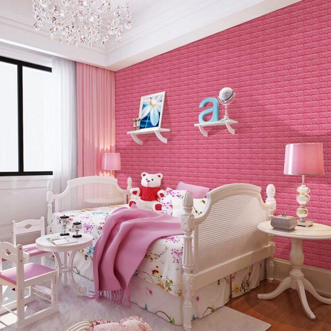 Стена из розового кирпича в детской