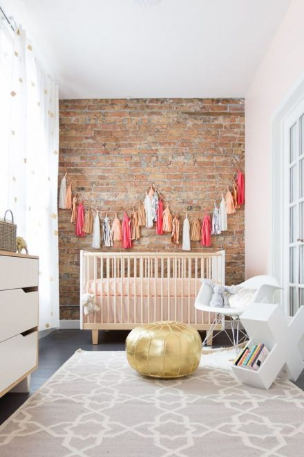 Кирпичная стена в детской для новорождённого