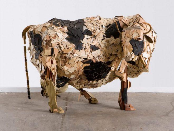 Скульптура коровы из деревянных отходов