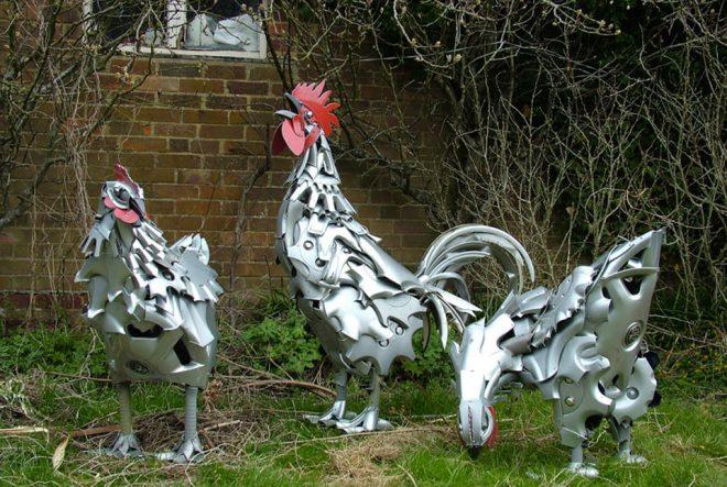 Скульптуры петухов из мусора