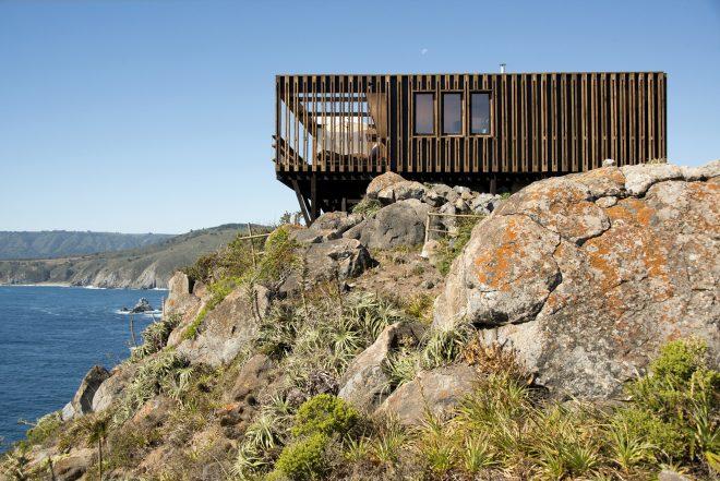 Дом на скале над морем