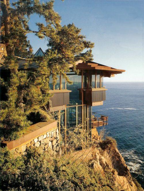 Дом на обрыве скалы над морем