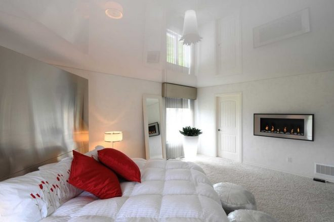 Интерьер комнаты с белым натяжным потолком