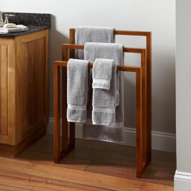 Полотенца на напольной сушилке в ванной