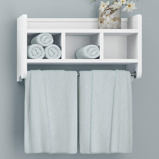 Полотенца на вешалке и полках в ванной