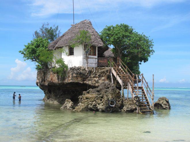 Дом на Занзибаре посреди океана