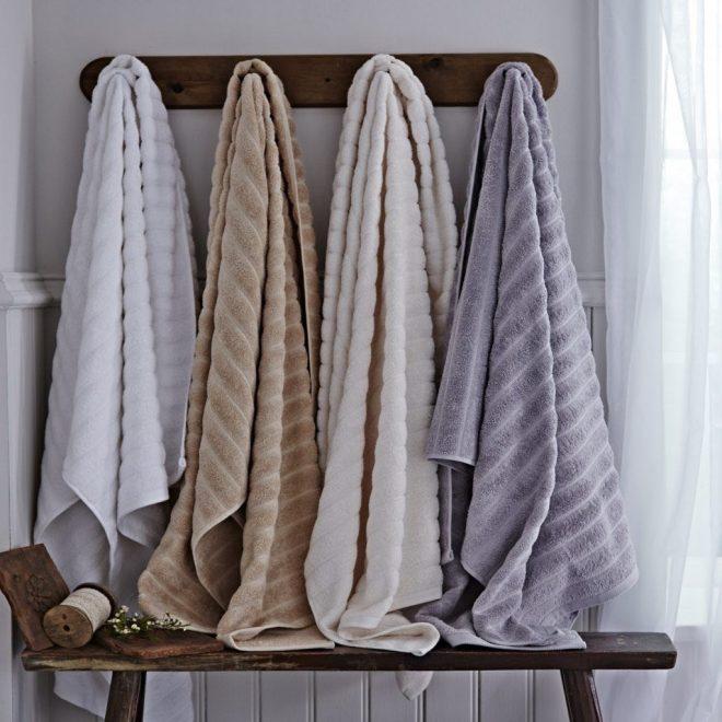 Полотенца на крючках в ванной