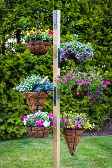 Столб, украшенный цветами