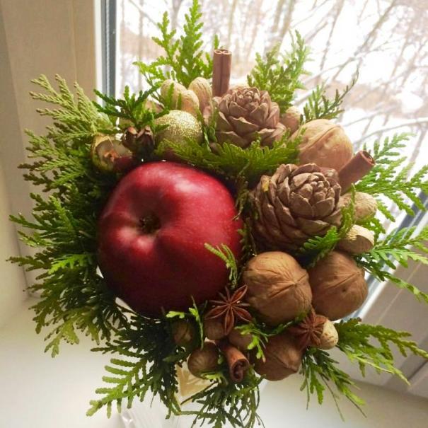 Букет из яблок, шишек и орехов
