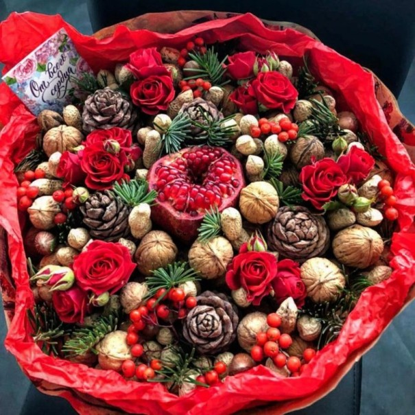Букет из шишек, роз и орехов