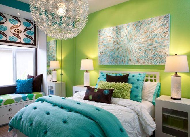 небольшая зелёная спальня