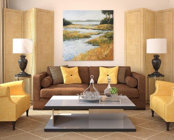 Коричневый диван и песочные кресла