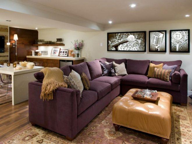 Сливовый диван и пуф цвета беж