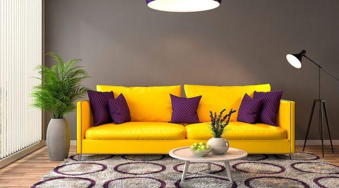 Ярко-жёлтый диван с фиолетовыми подушками