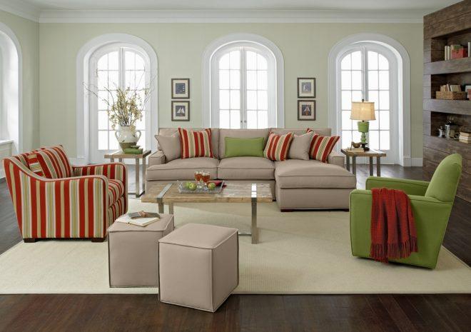 Светло-серый диван, полосатое и однотонное кресла