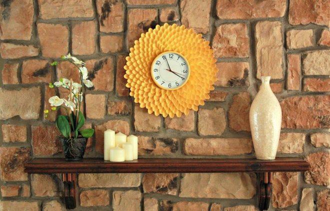 Часы из пластиковых ложек