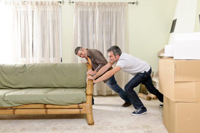 мужчины двигают диван