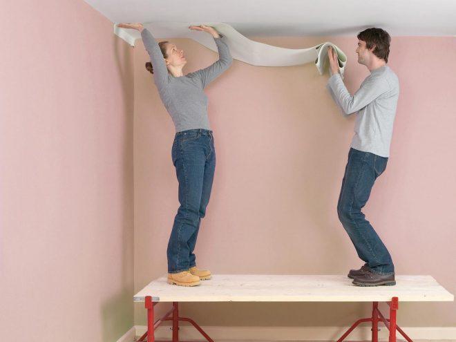 Наклеивание обоев на потолок