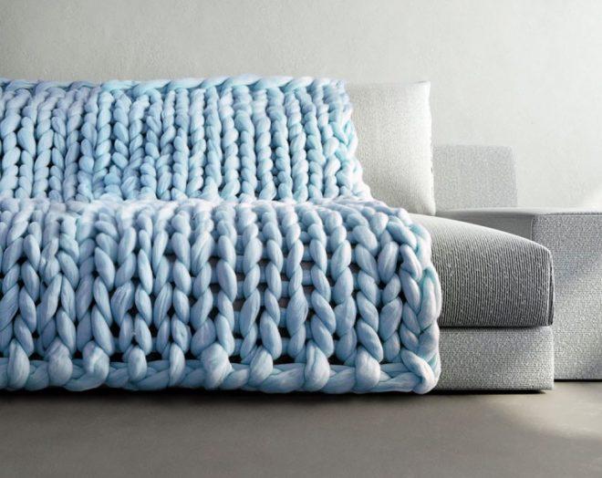 Плед крупной вязки, наброшенный на диван