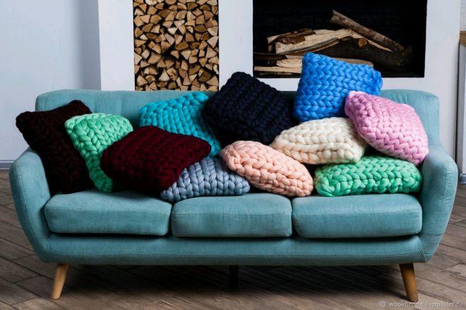 Яркие вязаные диванные подушки