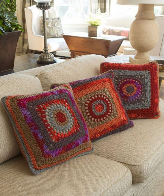 Вязаные подушки в деревенском стиле