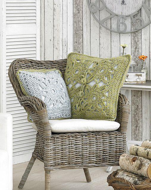 Вязаные подушки для кресла