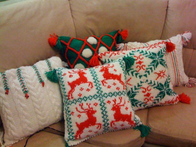 Вязаные подушки с рождественскими мотивами