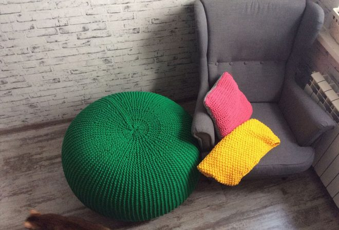 Зеленый вязаный пуф-стол