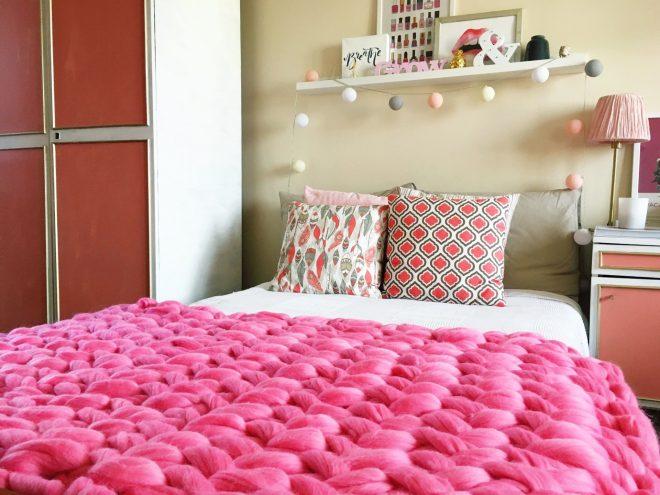 Яркий плед крупной вязки,закрывающий половину кровати