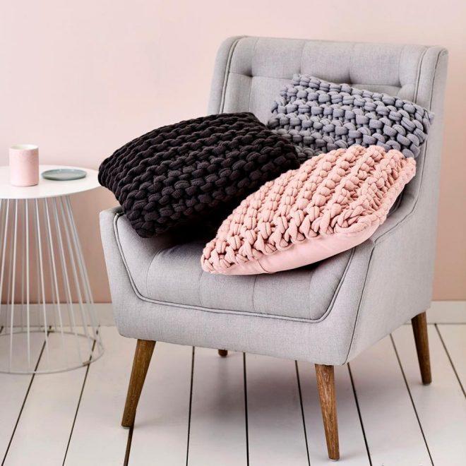 Цветные подушки крупной вязки
