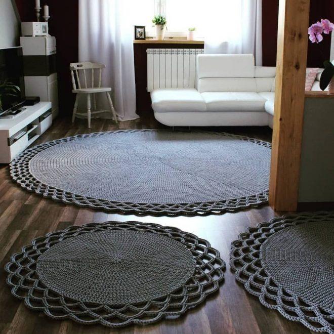 Несколько круглых ковров разного размера в одном помещении