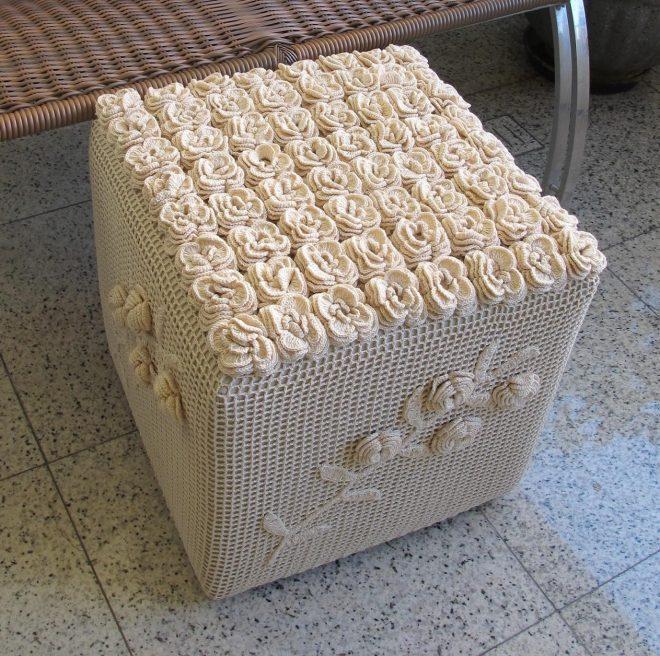 Вязаный пуф кубической формы