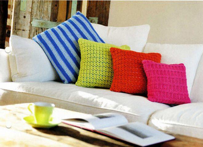 Вязаные подушки на диване